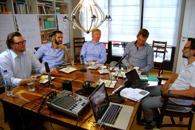Michael Zachrau (Mitte) beim Käsekuchen-Diskurs des Netzökonomie-Campus